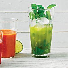 Als Grundlage für diesen grünen Eistee dient Matcha-Tee. Zusammen mit Minze und Limettensaft ergibt das eine erfrischende Mischung.