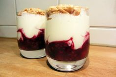 Glaasje rood fruit met mascarpone en crumble - www.be - Desserts For A Crowd, Mini Desserts, Easy Desserts, Trifle Desserts, Dessert Recipes, Dessert Blog, Dessert Illustration, Thermomix Desserts, Low Carb Sweets