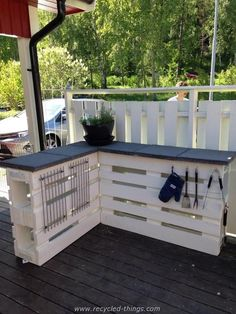 Outdoor Pallet Projects L-Shaped Countertop with Plenty of Storage Space - Outdoor pallet furniture ideas help you make your backyard into an outdoor living area that you can enjoy with your family. Find the best designs! Pallet Crafts, Diy Pallet Projects, Outdoor Projects, Outdoor Decor, Party Outdoor, Wood Crafts, Wood Projects, Bar Pallet, Pallet Pool