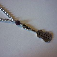 Collier chaîne argentée et pendentif guitare et perle