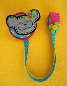 Meia Lua Crafts To Do, Felt Crafts, Creative Bookmarks, Hippie Baby, Felt Shoes, Felt Purse, Fabric Animals, Crochet Bookmarks, Bunny Crafts