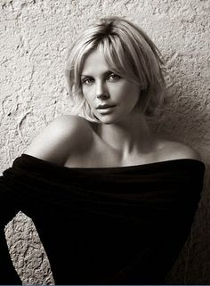 Charlize Theron Dares You to S. is listed (or ranked) 16 on the list The Hottest Charlize Theron Photos of All Time Short Hair Styles For Round Faces, Short Hair With Layers, Medium Hair Styles, Long Hair Styles, Short Hair Cuts For Women With Round Faces, Short Hair Older Women, Sexy Older Women, Short Cuts, Long Face Hairstyles