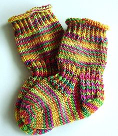 Stricken Baby-Socks pattern by Socks Street, Knitting For Kids, Baby Knitting Patterns, Knitting Socks, Baby Patterns, Knitting Projects, Hand Knitting, Knitting Tutorials, Stitch Patterns, Crochet Patterns