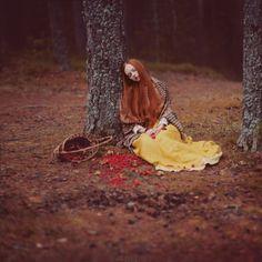 Anka Zhuravleva   Eleonore Bridge, blog mode, site féminin, Paris ~ETS #fairytale #redhed #woods