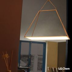 This DIY lamp is made with an 320x320mm Oled panel by LG Display.