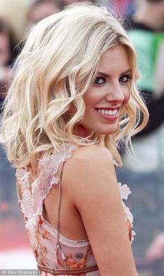 midlength hair, wavy blonde