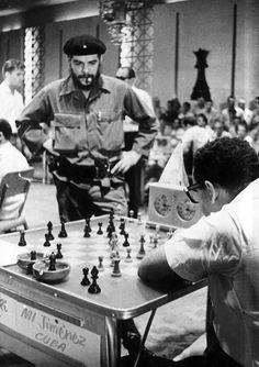 El che jugando ajedrez