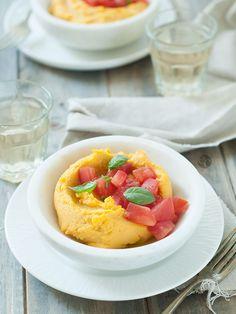 Receta simple y sabrosa para disfrutar en temporada de tomates. Puré de garbanzos con tomates frescos y albahaca. | By Espacio Culinario