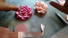 Flor boleada de fita de cetim, PARTE 1                                                                                                                                                     Mais Ribbon Art, Ribbon Crafts, Flower Crafts, Ribbon Bows, Ribbon Flower, Shabby Chic Flowers, Burlap Flowers, Fabric Flowers, Diy Hair Bows