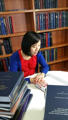 Central Clinical School's PhD thesis library being consulted by CK Yao, one of Dept of Gastroenterology's PhD students. Www.med.monash.edu.au/cecs/education/