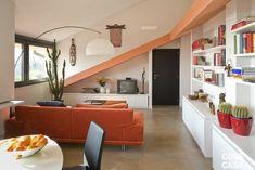 La mansarda di 110 mq è stata trasformata in abitazione e sfruttata al meglio grazie asoluzioni che utilizzano al meglio tutti gli spazi bassi, vani e nicchie.