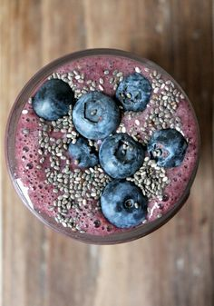 A power smoothie packed with wild blueberries, strawberries, banana, almond milk, spinach and chia seeds. My first green smoothie! Chia Seed Smoothie, Power Smoothie, Juice Smoothie, Smoothie Drinks, Smoothie Bowl, Detox Drinks, Healthy Drinks, Healthy Recipes, Smothie