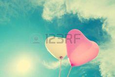 vintage love: globo del corazón de la vendimia en el cielo azul concepto de amor en verano y de san valentín, luna de miel de la boda Foto de archivo