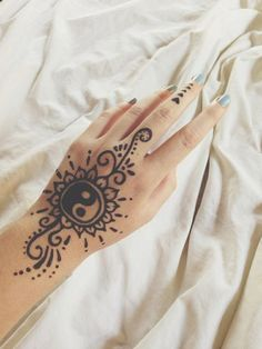 The ancient art of henna tattoo has gone mainstream. Check out these inspired henna tattoos! Henna Ink, Tattoo Henna, Henna Mehndi, Mehendi, Henna On Hand, Simple Hand Henna, Lotus Tattoo, Snake Tattoo, Henna Tattoo Designs