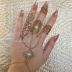 Triple ring hand bracelet With long nails💅 Antique Jewellery Designs, Fancy Jewellery, Stylish Jewelry, Fashion Jewelry, Jewelry Design Earrings, Gold Earrings Designs, Jewelry Accessories, Hand Jewelry, Body Jewelry
