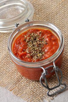 Sauce tomate - 1/2 oignon émincé, 1 boîte de tomates pelées en dés ou entières, 2 feuilles basilic, 2 cs huile olive, sel, poivre. Chauffer huile dans 1 casserole, faire revenir l'oignon à feu doux 5 min. Ajouter tomates, sel, basilic, mélanger cuire à feu moyen 20 min. La sauce doit être épaisse et ne plus contenir de liquide. Assaisonnez, retirez le basilic. Servir avec des pâtes, pizza, boulettes, etc.