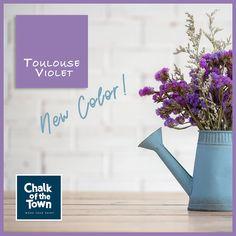 Toulouse Violet - Χρώμα Κιμωλίας Ένα χρώμα που θα αναδείξει ένα κομψό έπιπλο, θα φωτίσει έναν τοίχο, θα παίξει με τις αποχρώσεις του περιβάλλοντος και θα ταιριάξει τέλεια σε ένα σοφιστικέ χώρο. Με τη χρήση σκούρου κεριού, δημιουργεί νέες και ενδιαφέρουσες αποχρώσεις που παίζουν με το φως, δημιουργώντας ανάλαφρη και ταυτόχρονα αναζωογονητική ατμόσφαιρα. Best Chalk Paint, Toulouse, Lettering, Wall, Projects, Painting, Colors, Log Projects, Blue Prints