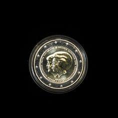 De 2 euromunt met daarop de portretten van prins Willem-Alexander en koningin Beatrix. De bijzondere munt wordt door de Koninklijke Nederlandse Munt geslagen ter ere van de troonswisseling. Foto ANP