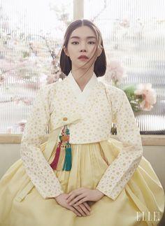 도트 패턴의 저고리와 연노랑 치마, 노리개는 모두 Traditional Korean Costume Kim Young Seok.