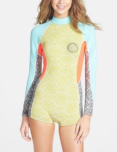 In love with the color blocking on this Billabong long sleeve wetsuit. The easy-reach tab is convenient for a quick change after a surf.