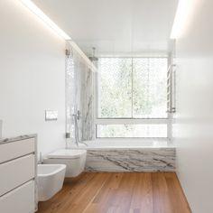 Casa de banho em mármore e madeira