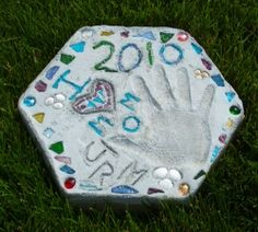 Making Your Own Garden Walking Stones To Create Lasting Memories    Learn how to make your own stepping stones, an easy craft for kids and adults. This is the first of three tutorials on crafting garden stepping stones with easy to follow instructions, material lists and lots of photos. Each tutorial will teach a different.... #Mother'sDay