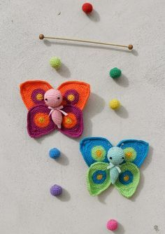The Crochet Amigurumi Butterfly are super beautiful! Crochet Butterflies make a cute gift for newborns. You can also hang them up to make a baby mobile. Crochet Bee, Crochet Butterfly, Butterfly Pattern, Vintage Crochet, Crochet Toys, Amigurumi Patterns, Crochet Patterns, Diy Y Manualidades, Crochet Mobile