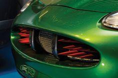 ... eins der insgesamt acht extra für den Film gebauten Jaguar XKR James Bond Special Effects Cars bei RM Auctions und Sotheby's in London v... Aston Martin Db5, James Bond Cars, Jaguar Xk8, Car Gadgets, Custom Cars, Super Cars, Diesel, London, Film