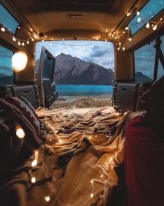 A road trip without food isn't not a complete one. Read to know about the best road trip food and learn what to take while staying energetic and healthy! Road Trip Packing List, Road Trip Essentials, Road Trips, Travel Packing, Van Travel, Packing Lists, Deco House, Camping 3, Camping Places