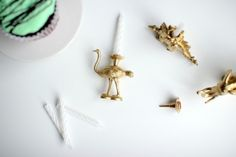 'Aus Plastiktieren hübsche Kerzenständer basteln' via ohhhmhhh.de