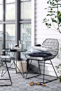 Ready for spring: tips and tricks to set up your little mini-balcony. Design you… Ready for spring: tips and tricks to set up your little mini-balcony. Design your little outdoor oasis with Liiv's Balcony Sty … – Balcony Furniture, Outdoor Furniture Sets, Diy Home Decor Rustic, Home And Deco, Small Patio, Outdoor Living, Furniture Design, Sweet Home, Interior Design