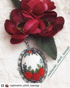 Görüntünün olası içeriği: çiçek Bullion Embroidery, Embroidery Jewelry, Ribbon Embroidery, Embroidery Stitches, Cross Stitch Designs, Cross Stitch Patterns, Hand Embroidery Flower Designs, Sewing Hacks, Needlework