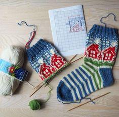 Neulojat loihtivat nyt upeita mökkisukkia! Katso kuvat versioista ja poimi ideoita | Kodin Kuvalehti Knitting Charts, Knitting Socks, Fair Isle Knitting, Mittens, Christmas Stockings, Knit Crochet, Projects To Try, Slippers, Holiday Decor