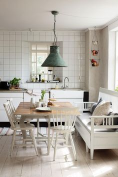 light and bright Cosy Dining Room, Shabby Chic Dining Room, Dining Room Design, Kitchen Sofa, Kitchen Interior, Kitchen Decor, Kitchen Design, Swedish Kitchen, Swedish Cottage
