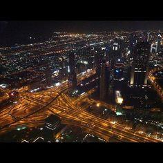 Når mørket falder på, lyser Dubai op. Billedet er taget fra 452 meters højde, i verdens højeste bygning; Burj Khalifa, hvor man finder den smukkeste udsigt. Mellemøstens Hong Kong sover aldrig.   http://www.falklauritsen.dk/rejser/asien/forenede-arabiske-emirater/dubai