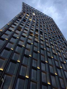 Office Building Architecture, Building Exterior, Building Facade, Facade Architecture, Beautiful Architecture, Facade Lighting, Exterior Lighting, Outdoor Lighting, Unique Buildings