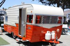 Camper trailers are motor automobiles geared up with primary amenities of self-contained travelling houses. They're helpful for the individuals who sp. Old Campers, Small Campers, Vintage Campers Trailers, Retro Campers, Vintage Caravans, Camper Trailers, Shasta Trailer, Shasta Camper, Campers