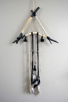 Attrape rêves lin et noir en bois flotté : Décorations murales par abracadabroc