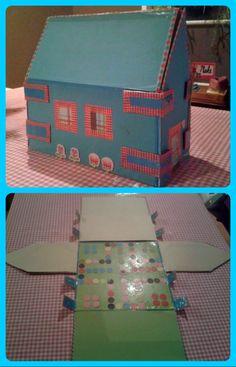Surprise huis: Voor iemand die van spelletjes houdt en/ of huiselijk is. Van een oude opbergdoos van de Hema een huis gemaakt. Aan de binnenkant spel; mens erger je niet. Bij de deur een vlag met de naam van diegen die je hebt. Kan ook met een kartonnen doos. Gereedschap: papier, schaar, takker (nietmachine), knutsellijm. Sierplakband en bloemenstickers (Action). Hobbies And Crafts, Creative Inspiration, Toy Chest, Toddler Bed, Lol, Party, Action, Home Decor, Kid Games