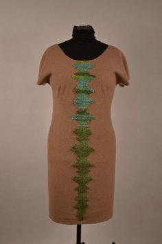Suknia z wełny parzonej z naszywana aplikacją z kolorowej włóczki.