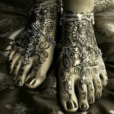 i loved having henna on my feet for my wedding...wishing now I'd added jewelry. wowzee, this is stunning!