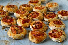 Igår fik jeg bagt lidt til madpakken, - små pizzasnegle. Simpelthen! Ikke så mange ændringer og justeringer her. Dejen er lavet på sigtemel og ruggryn og fyldet består af tomatpure, revet ost og skinkestrimler. Jeg fik ret mange ud af opskriften (ca. 20 stk.)  ★Pizzasnegle  4 dl. ....