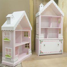 Купить или заказать Кукольный домик стеллаж в интернет-магазине на Ярмарке Мастеров. Очаровательный кукольный домик-стеллаж подойдет как для игр с куколками, так и для хранения игрушек! Резные окошки, маленький скворечник на крыше и игрушечный заборчик делают его таким сказочным и притягательным, что маленьким деткам, да и не только им будет очень интересно играть. Цвета и размеры оговариваются по желанию. Домик поставляется а разобранному виде, инструкция по сборке прилагается.