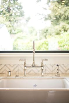 Incroyable At+the+farmhouse+sink,+a+Rohl+bridge+faucet