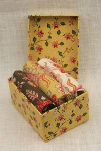 Boîte cadeau Sajou contenant trois coupons tissus indiennes. Sajou gift box containing three indienne fabric fat quarters.