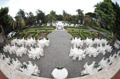 Welcome to your wedding! A classical table arrangement within a scenographic venue | www.villalalimonaia.it