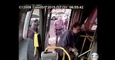 Imagens mostram médica voltando para socorrer bandido em ônibus