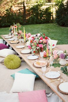 26 Gorgeous Tablescapes To Inspire Your End-Of-Summer Party - For this bohemian backyard bash, designer Jessie Capstick layered rugs and pillows to create comfortable floor seating, allowing for a more intimate and relaxed dinner. Via Inspired By This Outdoor Dinner Parties, Backyard Parties, Backyard Bbq, Backyard Ideas, Picnic Parties, Outdoor Entertaining, Party Outdoor, Brunch Party, Bbq Party