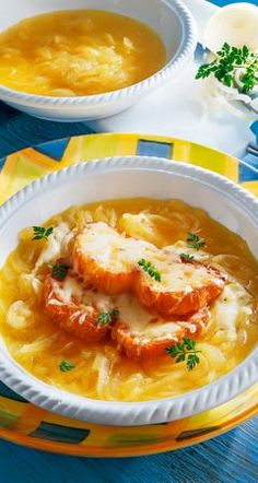 Rezept für Französische Zwiebelsuppe: So zaubern Sie aus Zwiebeln, trockenem Weißwein, kräftiger Fleischbrühe und Emmentaler eine würzige Französische Zwiebelsuppe ...