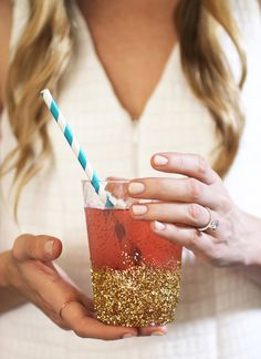 DIY Glitter Dipped Cups at evite. Perfect for a New Years party. Glitter Party, Glitter Birthday Parties, Glitter Crafts, Glitter Cups, Gold Party, Glitter Decorations, 22 Birthday, Glitter Gel, Resin Crafts